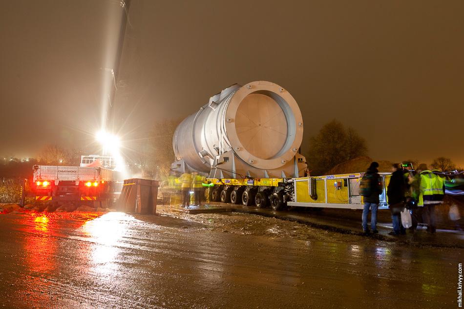 5. В районе улицы Щусева транспортер с реактором были установлены на временные подпорки. Необходимо было провести дополнительные согласования по транспортировке груза через город.