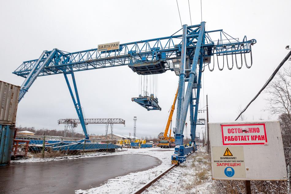 15. На товарной станции необходимо было перегрузить корпус ядерного реактора с транспортера Cometto на железнодорожный транспортер грузоподъемность 500 тонн.