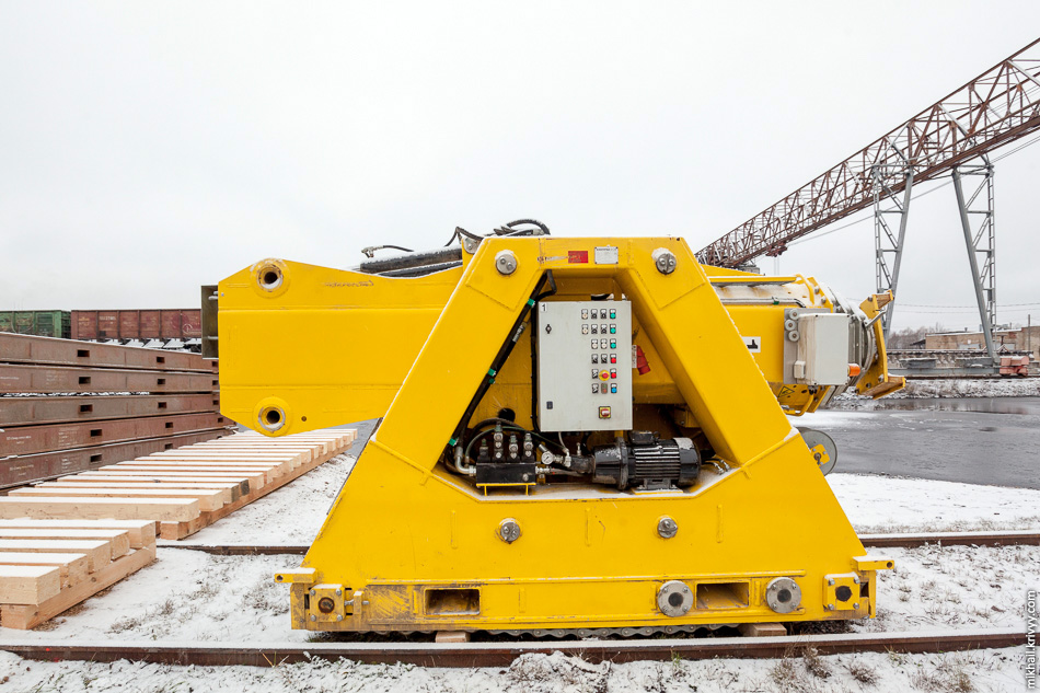 17. Для перемещения корпуса с одного транспортера на другой использовалась портальная система на основе гидравлических домкратов SBL 1100-MK-5, состоящая из четырех вот таких модулей грузоподъемностью по 1100 тонн каждый.