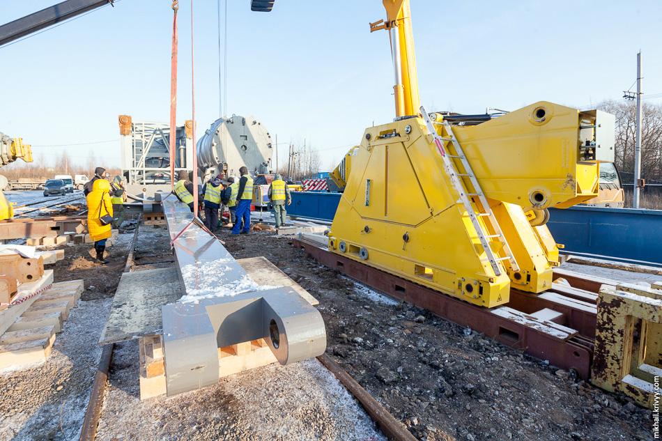 20. Железнодорожный транспортер состоит их двух частей, между которыми помещается груз. Система креплений зависит от типа груза и зачастую изготавливается в единственном экземпляре.