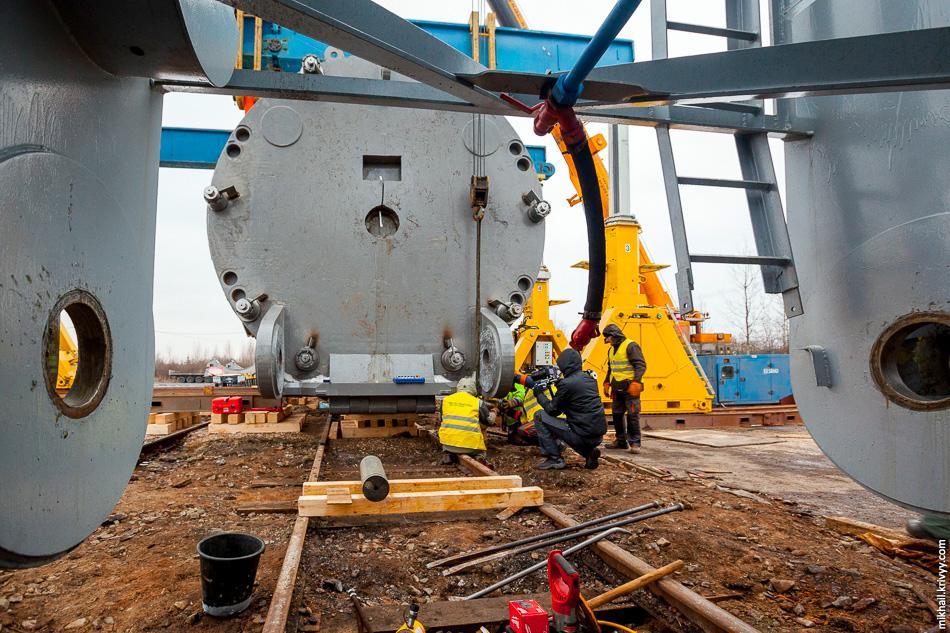 37. Вид из внутренней части железнодорожного транспортера в сторону корпуса ядерного реактора.