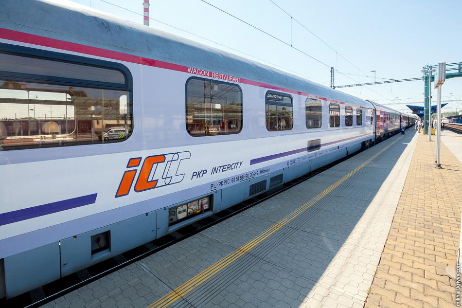 По территории Европы поезд обслуживает польский вагон-ресторан. Внутри вкусная «санкционка» и цены не кусаются. В вагоне-ресторане обслуживающим поезд на участке Москва — Брест мы не были.