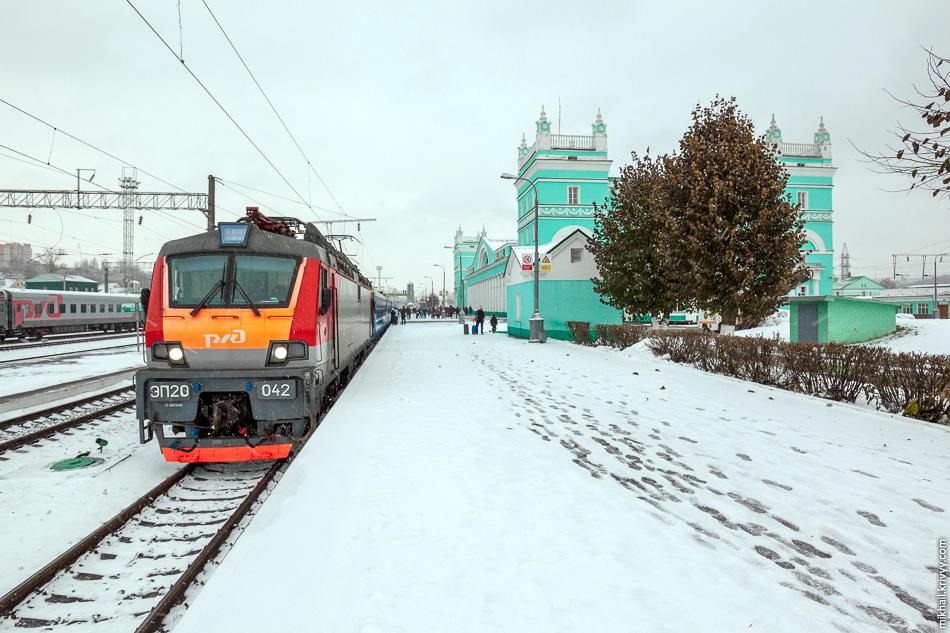 Наш поезд №25 Москва — Минск под ЭП20-042 на вокзале Смоленска.