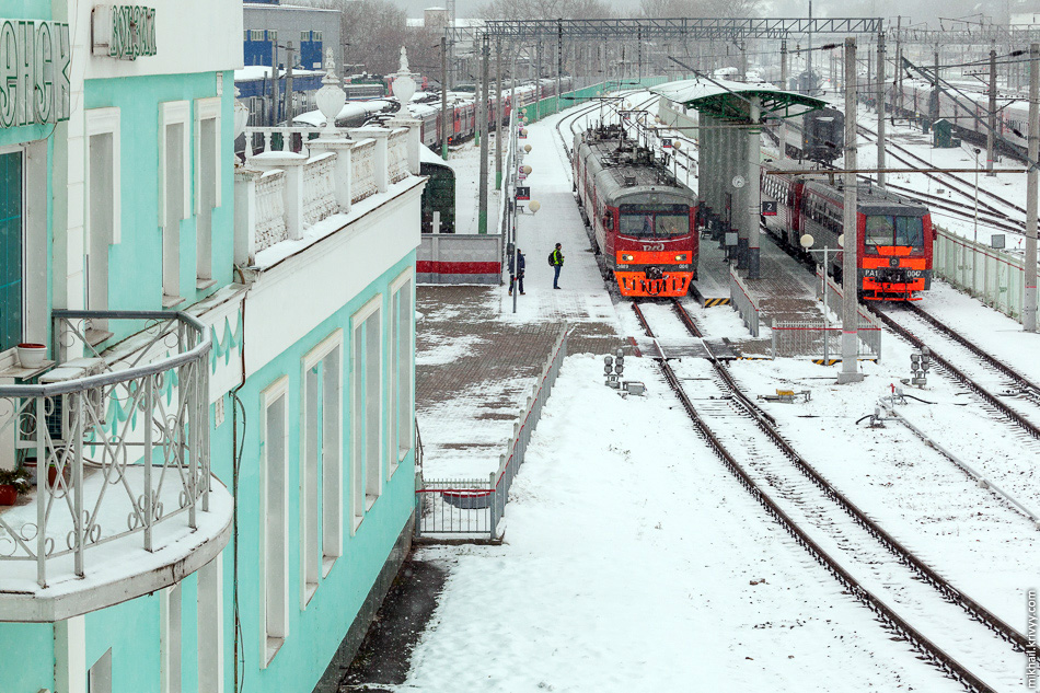 Пригородный вокзал находится сбоку, с южной стороны.