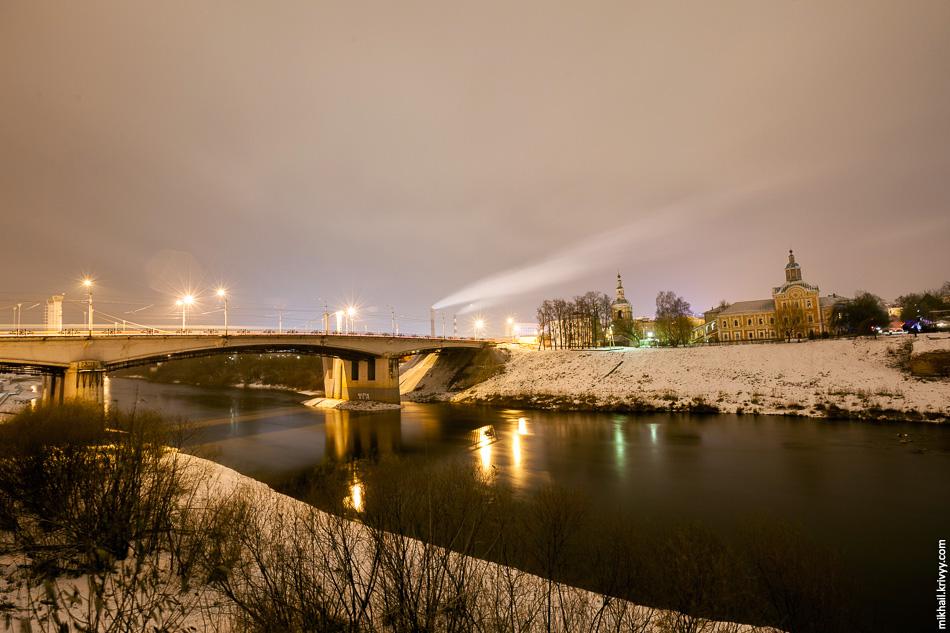 Днепр, вид от крепостной стены в сторону Заднепровского района. Нижне-Никольская церковь.