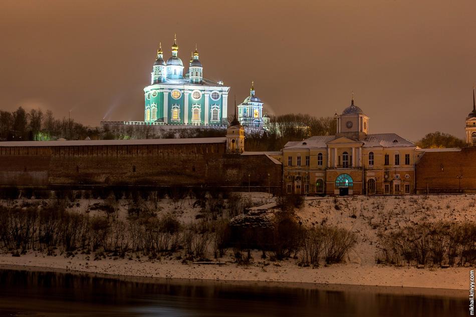 Днепр, крепостная стена и Успенский собор.