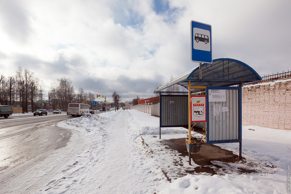 Автобусная остановка и тротуар на улице Михаила Кутузова.