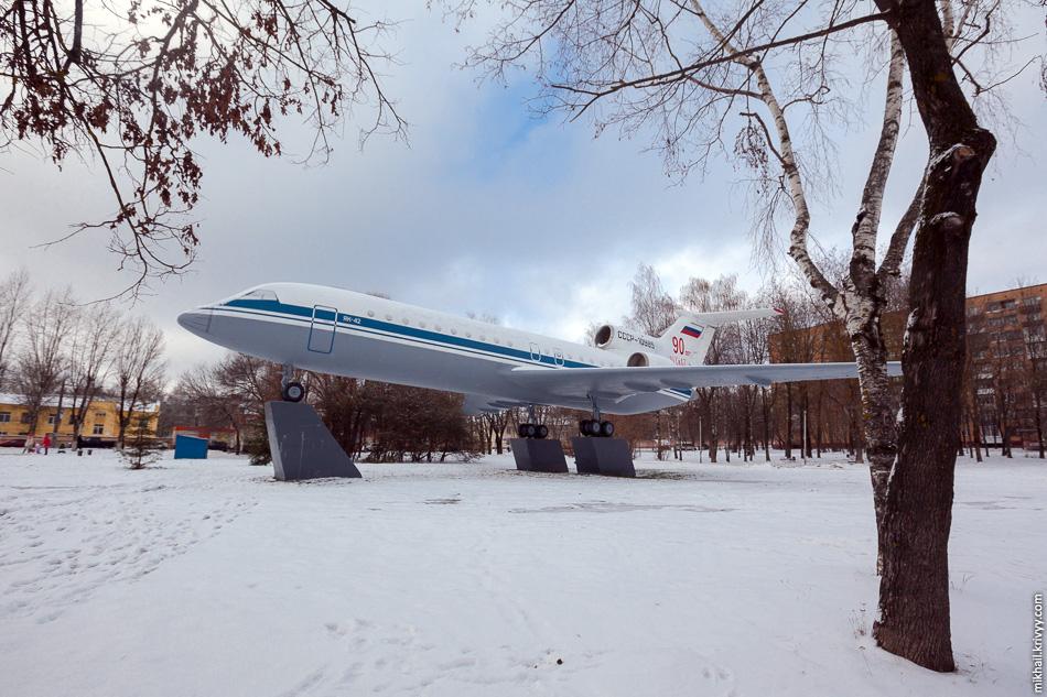 Самолет Як-42. Бортовой №: CCCP-10985. Последний из предсерийных Як-42, пассажиров никогда не возил. Установлен на пересечении улиц Михаила Кутузова и Фрунзе.