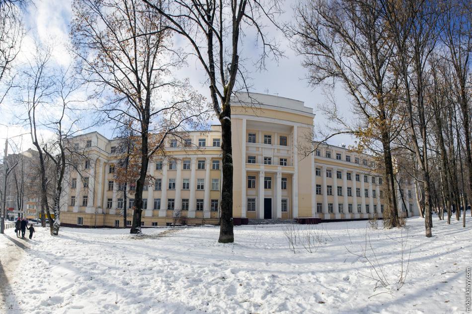 Смоленский военный госпиталь. Возможно бывший, на нем висят объявления и продаже помещений. Памятник архитектуры – 1939 год постройки.