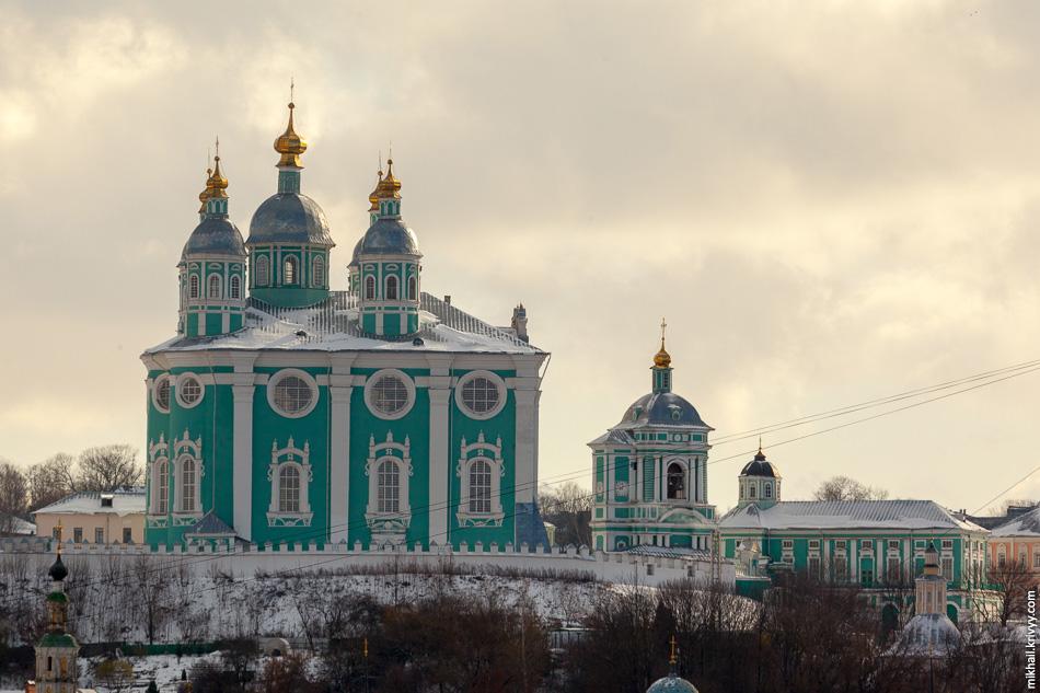 В оригинале у него было семь синих куполов со звёздами. В 1761 году обрушились центральная и западные главы собора и его верх был перестроен.