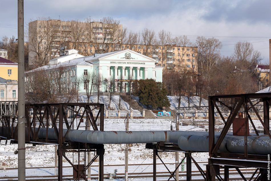 «Дворец культуры железнодорожников», классицизм, 1957 год. Напротив «ДК железнодорожников» в находится мемориал железнодорожникам, погибшим в Великой Отечественной войне.