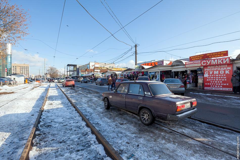 Трамвайные пути на улице Желябова захватил рынок. Из-за ремонта трамваи там сейчас не ходят.