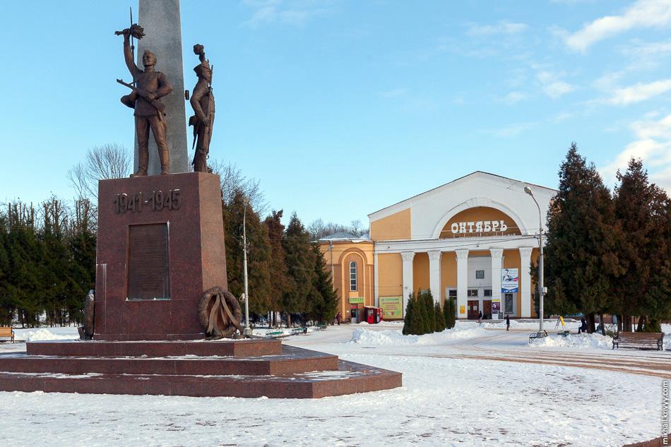 Кинотеатр «Октябрь», типовой проект. Строительство начали в 1939, но завершить смогли только в 1948.