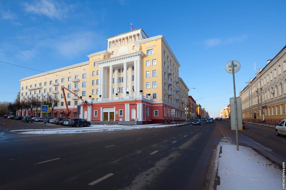 Здание бывшей гостиницы «Смоленск». Один ярчайших представителей неоклассицизма сталинского периода в Смоленске. Архитектурная доминанта площади Победы.