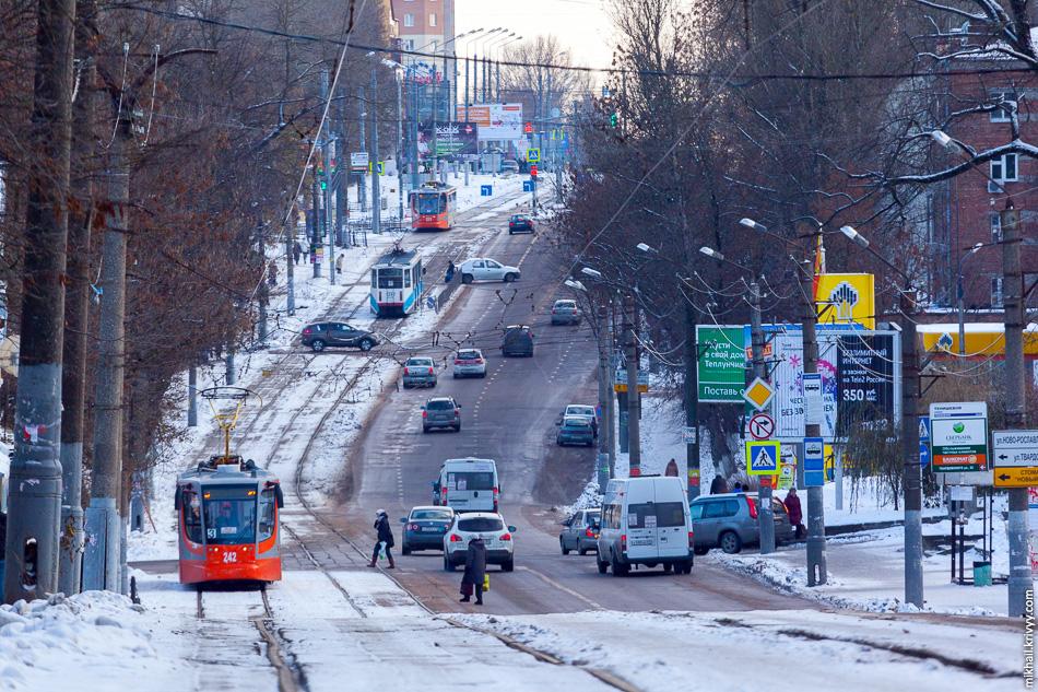 Трамвайное движение по улице Тенишевой.