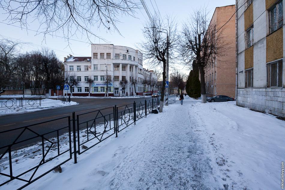 Смоленский политехнический колледж. Тут же пример типичного смоленского тротуара покрытого льдом.