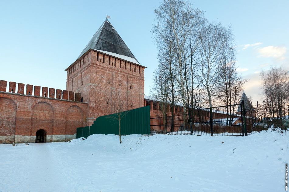 К некоторым частям крепостной стены доступ закрыт, там находятся какие-то хозяйственные постройки и территория огорожена. Также, вплотную к стене стоит смоленский онкологический диспансер.