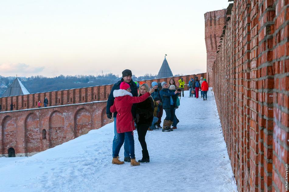 На стену можно попасть в восточной части бывшей крепости, в районе башен Позднякова, Орёл и Авраамиевской.