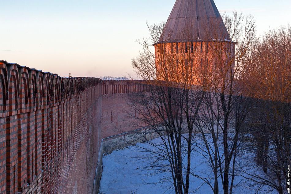 Башня Веселуха (Лучинская), перед закатом появилось немного солнца.
