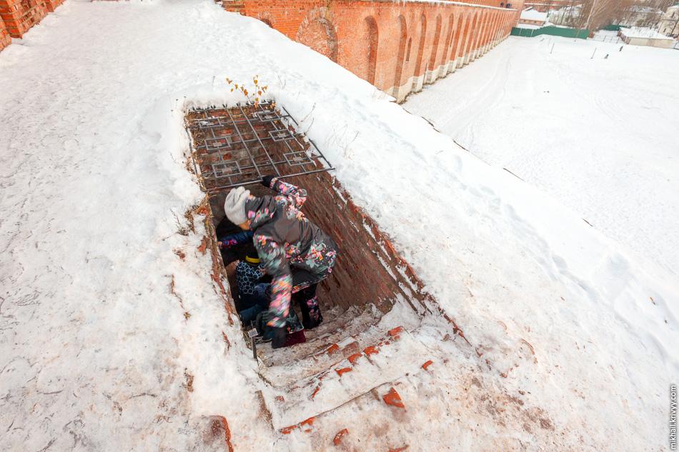 Наверх ведут узкие и крутые лестницы, никак не закрытые от дождя и снега.