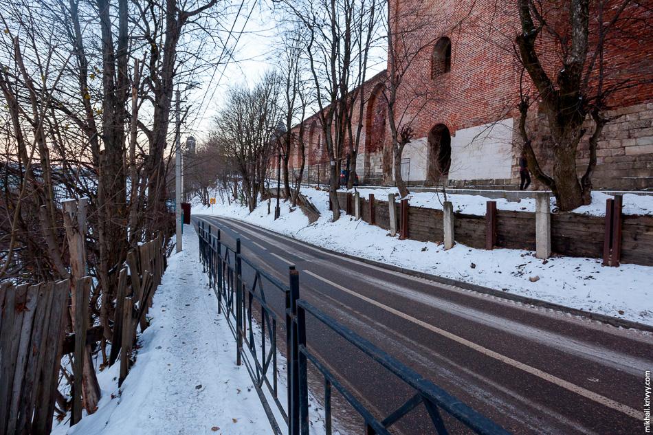 Тротуар ведущий к открытой части крепостной стены Смоленска.