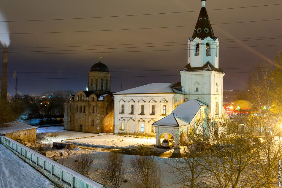 Храм был построен в 1146 году при смоленском князе Ростиславе Мстиславиче. Территория комплекса огорожена белокаменной стеной. Помимо основного храма комплекс включается в себя храм святой великомученицы Варвары XVIII века и прихрамовые постройки.