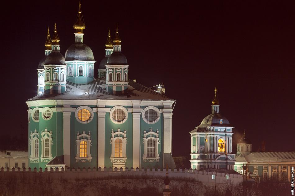 Собор Успения Пресвятой Богородицы — главная достопримечательность Смоленска. Собор построен в 1712 году в стиле украинского барокко.