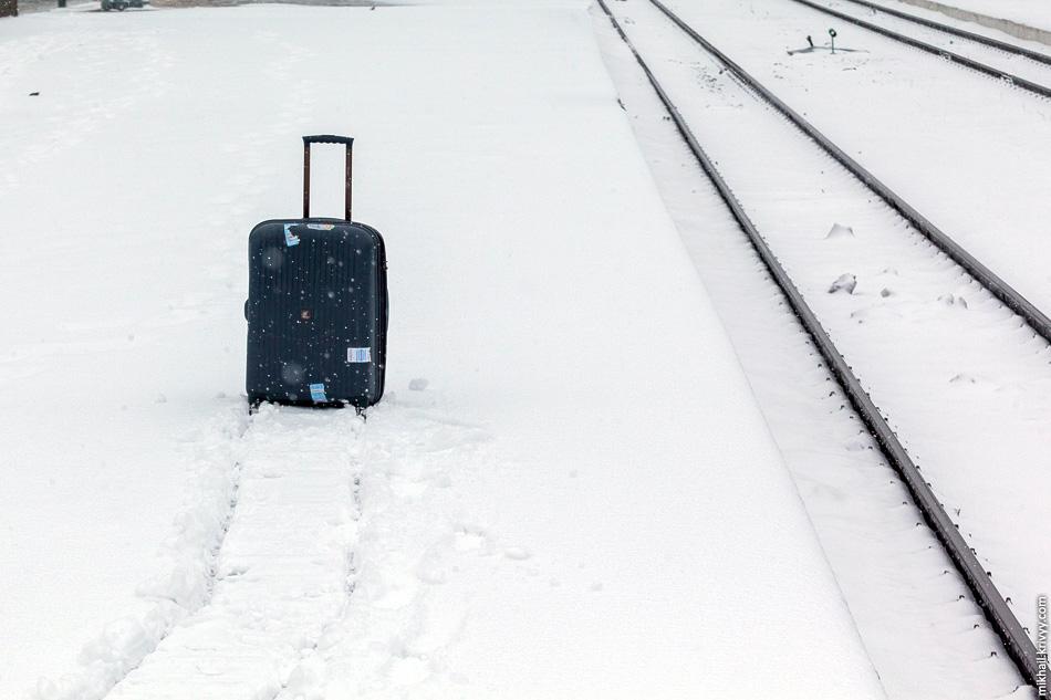 Для России видимо нужно изобрести чемодан-гибрид — колеса + полозья.