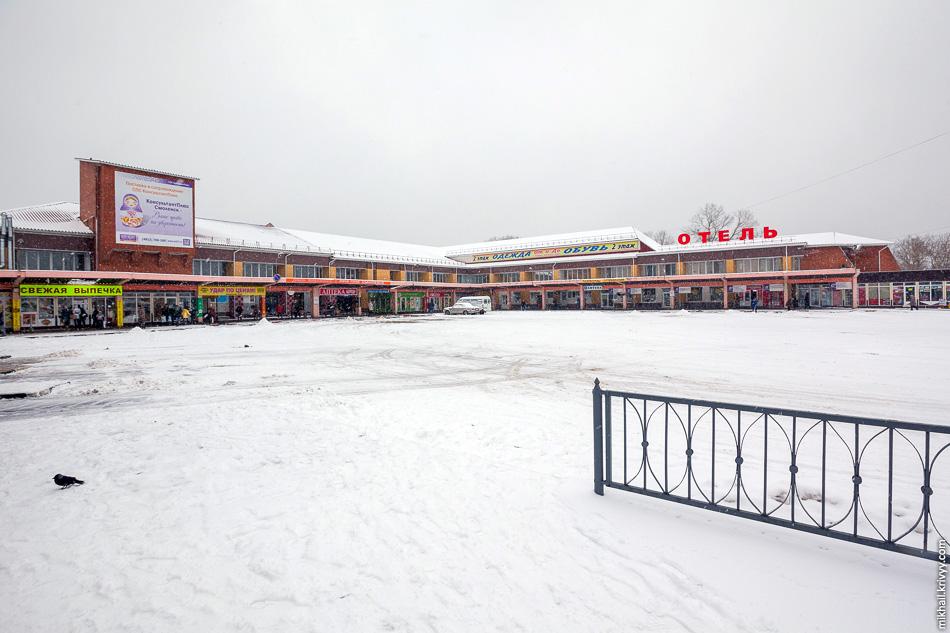 Автовокзал находится в непосредственной близости от железнодорожного вокзала. Но из-за бесконечного базара найти его не так просто. Ориентир простой — вывеска «Отель».