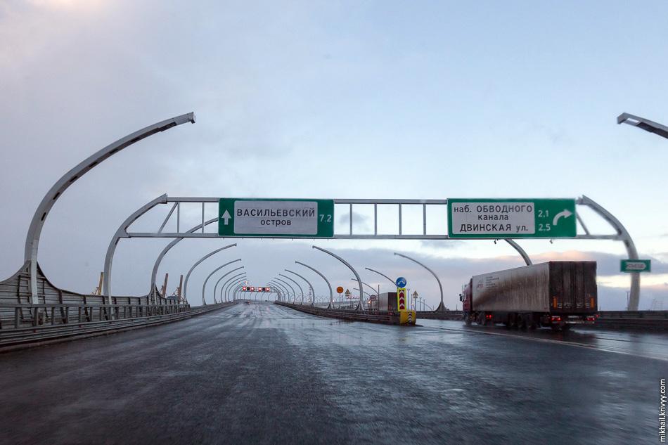 Выезд в к порту, на набережную реки Екатерингофки. Дальше начинается центральный участок ЗСД, который открыли три дня назад.