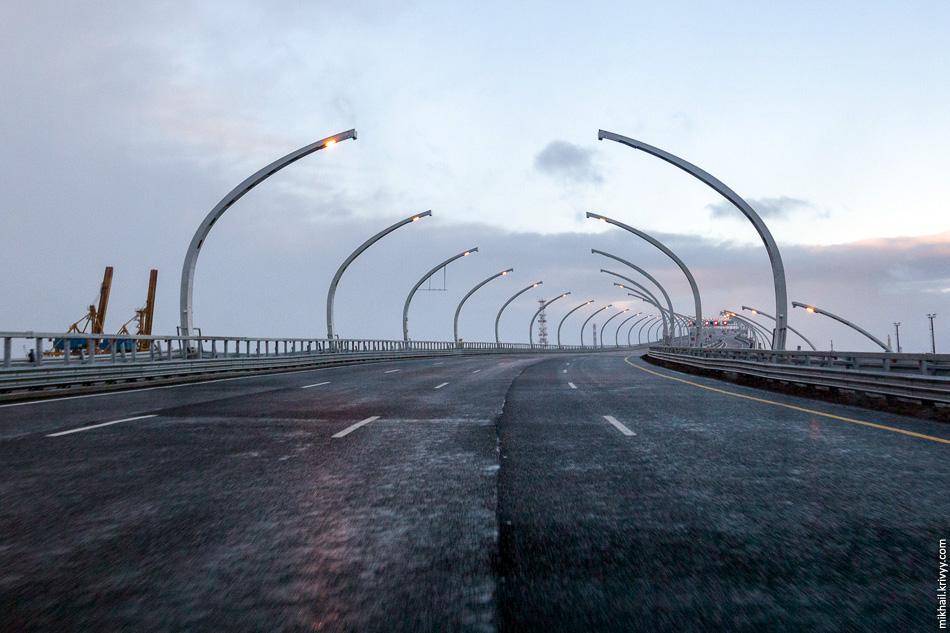 Сразу после выхода к порту начинается подъем к самой высокой части моста — над Морским каналом и Канонерским островом.