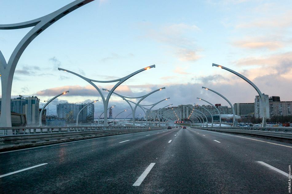 После моста спуск к Васильевскому острову.