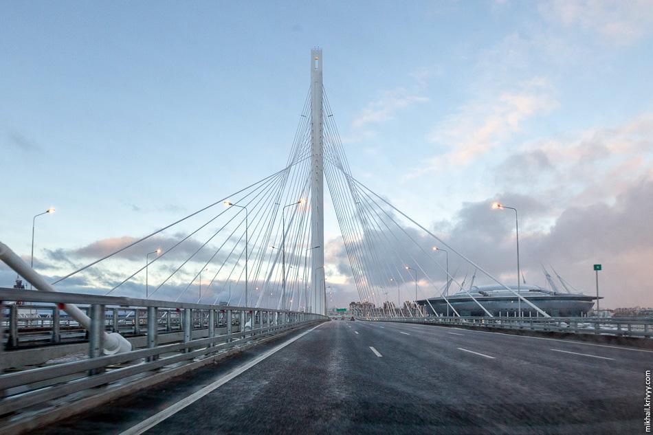 Вантовый мост через Петровский канал и долгостроящийся футбольный стадион «Крестовский».