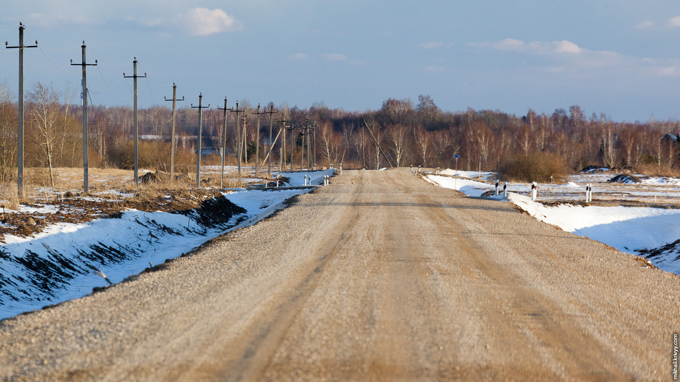 19. Ехал за 100 км/ч. Дорого значительно выше окружающих полей. Ветер помогает снегоуборочной техники и его просто сдувает с высокой дороги.