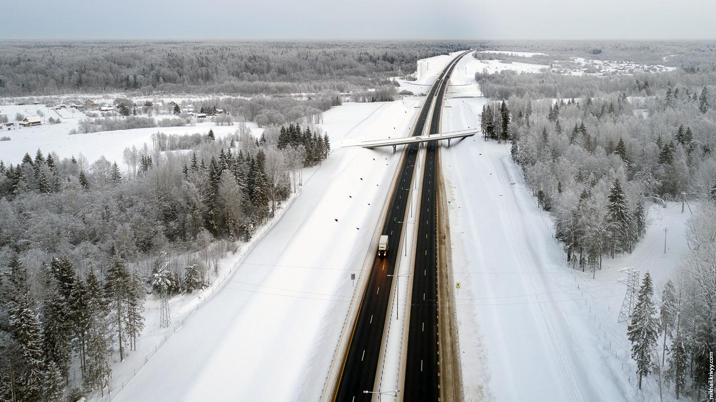 1. Платная автомагистраль М11 в районе моста через Мсту.